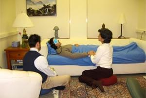 Terapevtski tim podpira klienta v psihedelični psihoterapiji. Ta način psihoterapije je bil dolga desetletja v pozabi, v 21. stoletju pa doživlja preporod.